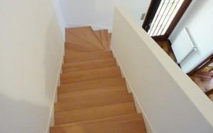 Rénovation escalier en béton avec marches en bois